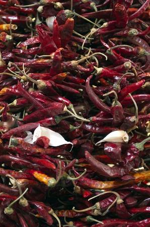 chiles secos: Red Chili y ajo aislados sobre fondo blanco