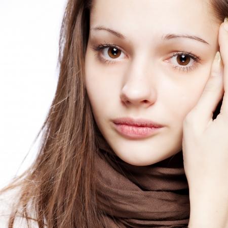 cabello casta�o claro: adolescente sobre blanco