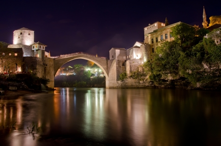 bosna: Night picture of the Old bridge in Mostar, Bosnia