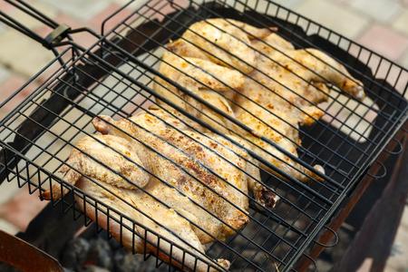 pollo rostizado: pollo plana en la parrilla en un césped verde Foto de archivo