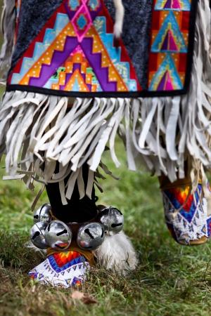 indio americano: Bailarines nativos americanos en una asamblea