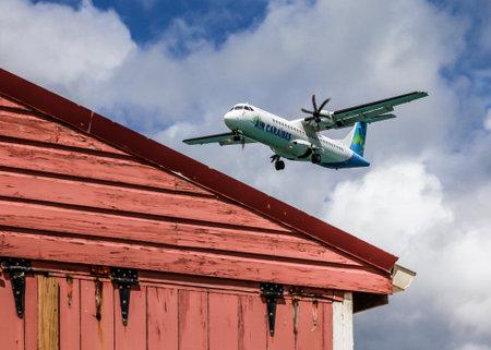 GRAND CASE - 2 août: avion d'Air Caraïbes est l'atterrissage à l'aéroport L Esperance vu à Grand Case St.Martin St.Maarten le 2 Août, ici à 2015