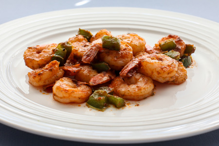 Shrimps with green belly peppers on white plate Banque d'images