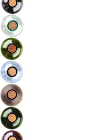 leere flaschen: isolierte Flaschen Wein mit Korken in der Reihe auf der linken Seite Lizenzfreie Bilder