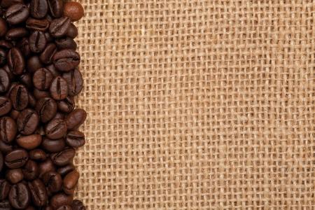 margine: struttura di tela con chicchi di caff� sul margine sinistro Archivio Fotografico