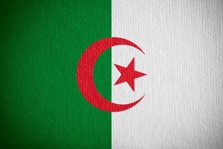 Algierski: flag of Algeria or Algerian banner on paper background