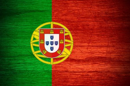 drapeau portugal: Portugal drapeau ou une banni�re portugaise sur la texture bois