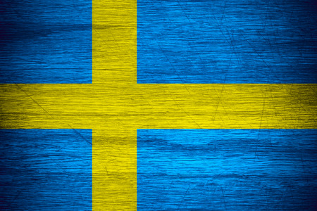 bandera suecia: Suecia bandera o estandarte sueca sobre la textura de madera Foto de archivo