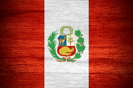 bandera de peru: Bandera de Perú o la bandera peruana en textura de madera Foto de archivo