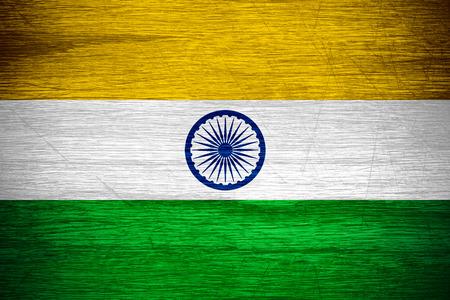 drapeau inde: Inde drapeau ou une banni�re indienne sur la texture bois