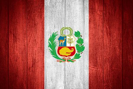 bandera peru: Bandera de Per� o la bandera peruana en fondo de madera tableros Foto de archivo