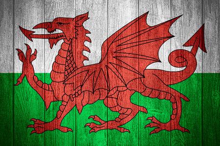 welsh flag: Galles bandiera o Welsh banner su tavole di legno sfondo