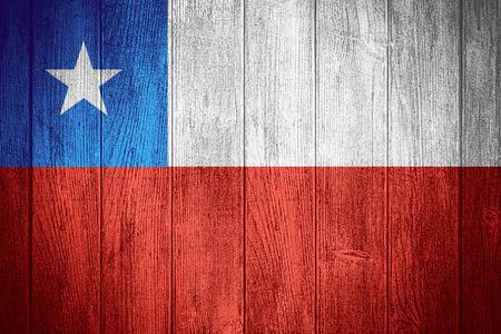 flag of chile: Bandera de Chile o la bandera chilena sobre fondo de madera tableros