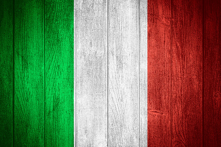bandera italiana: Italia bandera o estandarte italiano sobre fondo de madera tableros