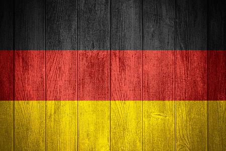 bandera de alemania: Alemania bandera o estandarte alem�n sobre fondo de madera tableros