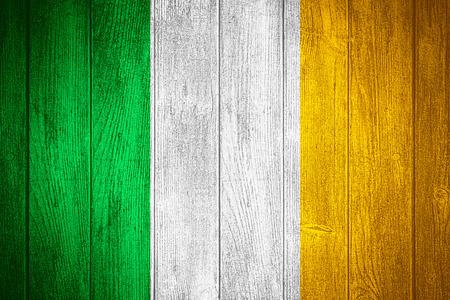 bandera irlanda: Bandera de Irlanda o la bandera de Irlanda en fondo de madera tableros Foto de archivo