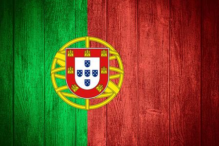 drapeau portugal: Portugal drapeau ou une bannière portugaise sur bois planches de fond