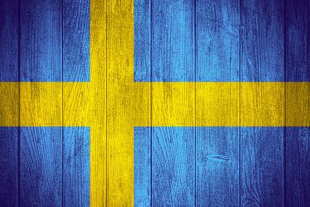 bandera de suecia: Suecia bandera o estandarte de Suecia sobre fondo de madera tableros