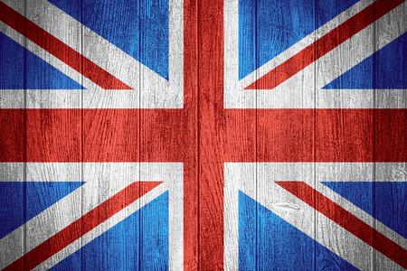 bandera reino unido: Reino Unido bandera o estandarte brit�nico sobre fondo de madera tableros, Gran Breta�a Foto de archivo