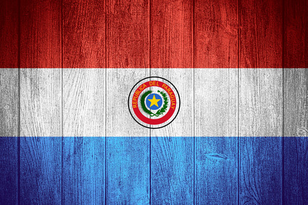 bandera de paraguay: Bandera de Paraguay o la bandera paraguaya sobre fondo de madera tableros Foto de archivo