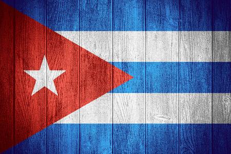 bandera cuba: Bandera de Cuba o la bandera cubana sobre fondo de madera tableros