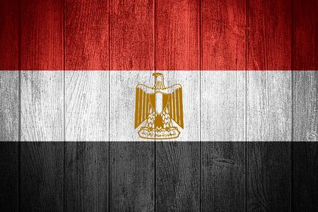 bandera de egipto: Bandera de Egipto o la bandera egipcia sobre fondo de madera tableros