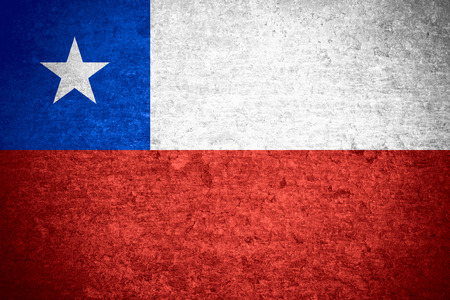 bandera chilena: bandera de Chile o la bandera chilena en el metal viejo textura de fondo Foto de archivo