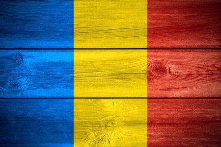 木製の背景にルーマニアまたはルーマニア語のバナーの旗 写真素材