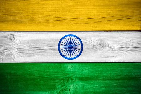 bandera de la india: bandera de la India o la bandera india en el fondo de madera Foto de archivo