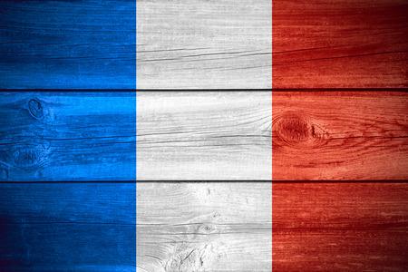 bandera francia: pabell�n de Francia o la bandera francesa sobre fondo de madera