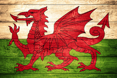 welsh flag: bandiera del Galles o gallese bandiera su fondo in legno