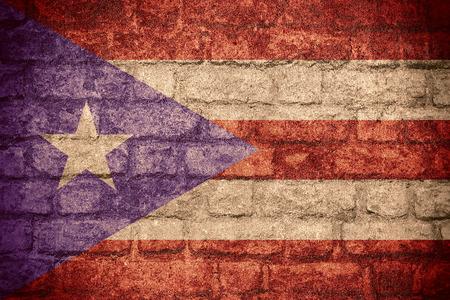 bandera de puerto rico: la bandera de la bandera de Puerto Rico o de Puerto Rico en la textura de ladrillo Foto de archivo