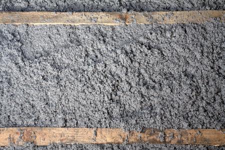 umweltfreundliche Zellulosedämmung aus Recycling-Papier für Baukonstruktionen, Dämmung für die Wände, Deckendämmung, Dämmung für Böden, warmes Haus, Wärmeschutz, Energieeinsparung gemacht Standard-Bild