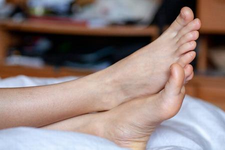 jonge meisjes tenen zijn gezond en mooi. Goed verzorgde tenen. Concept voor medische artikelen en zalven - het beeld van de tenen en voeten. Afbeelding van poten met ruimte voor inscripties en reclame. Stockfoto