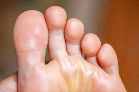young girls toes are healthy and beautiful. Well-groomed toes. Concept for medical articles and ointments - the image of the toes and feet. Image of legs with space for inscriptions and advertising. Standard-Bild - 129033754