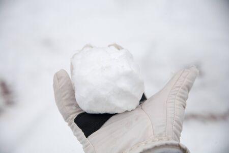 de vraies boules de neige avec leurs mains jointes de la neige fraîche en hiver dans la rue