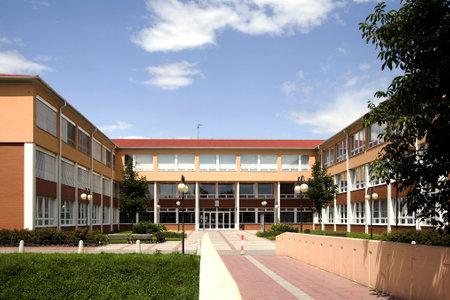 El nuevo y moderno edificio de la escuela primaria en Litovel, República Checa Foto de archivo - 24411910