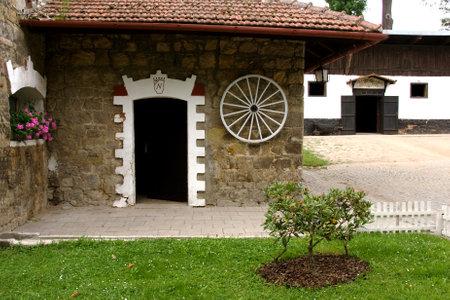 racehorses: Binnenplaats in de stallen van de beroemde stoeterij in 1886 opgericht in Napajedla, die voornamelijk gedragen renpaarden, Engels Volbloed, Moravië, Tsjechië