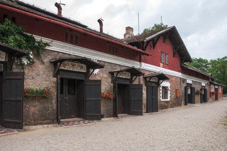 racehorses: Napajedla, TSJECHIË CIRCA juni 2011 - Stallen van beroemde stoeterij in 1886 opgericht in Napajedla, die vooral renpaarden, Engels Volbloed gedragen
