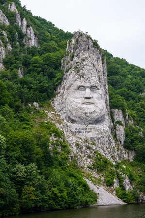 rey: Banat, Rumania, 01 de junio, 2009 - Giant Head Decebalus rey de los dacios