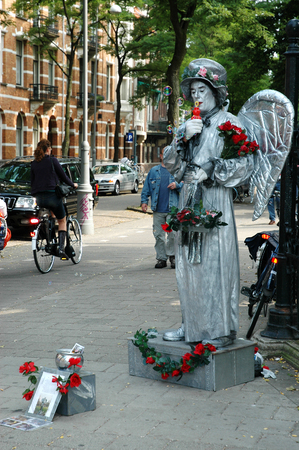 pretender: AMSTERDAM, HOLLAND - SEPTEMBER 03, 2005: Human statue dressed as angel on the street