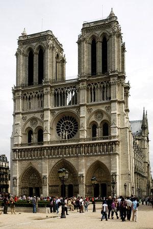 PARIS, FRANCE - AUGUST 17, 2006 - The Cathedral of Notre Dame de Paris Редакционное