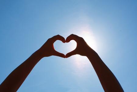 Meisjes hart handen op de hemel Stockfoto
