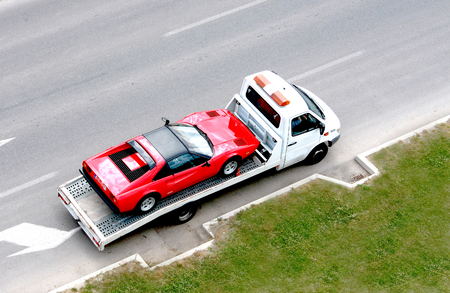 camion grua: coche oldtimer rápidamente en el vehículo portador Foto de archivo