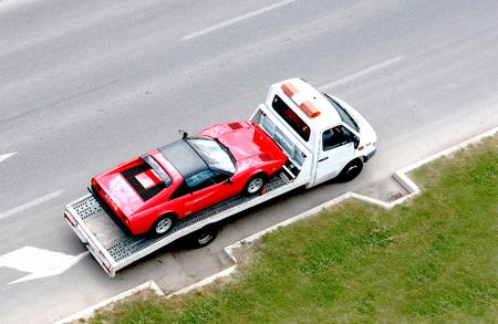 ciężarówka: szybki samochód oldtimer na pojeździe nośnym