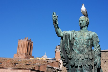 i i  i i toga: Estatua de Julio César que está cerca del Foro de Trajano, Roma, Italia