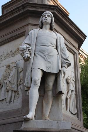 leonardo da vinci: Statue of Leonardo Da Vinci in Piazza della Scala, Milan, Italy