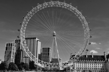 The London Eye on the South Bank of the River Thames at night in London, England Redakční