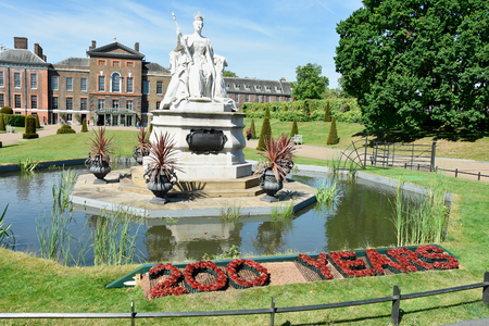 Statue of Queen Victoria in front of her Kensington palace Redakční