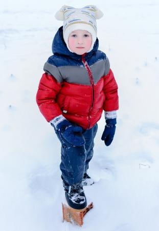warm clothes: ragazzo in una fredda giornata d'inverno all'aperto in vestiti caldi Archivio Fotografico